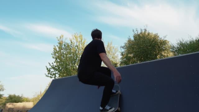 Junge Erwachsene Skateboard Halfpipe 4k super Zeitlupe – Video