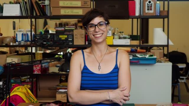 vídeos y material grabado en eventos de stock de mujer adulto joven artista en su estudio - 20 a 29 años