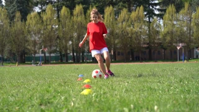 vídeos de stock e filmes b-roll de young adult woman during a soccer training - equipamento desportivo