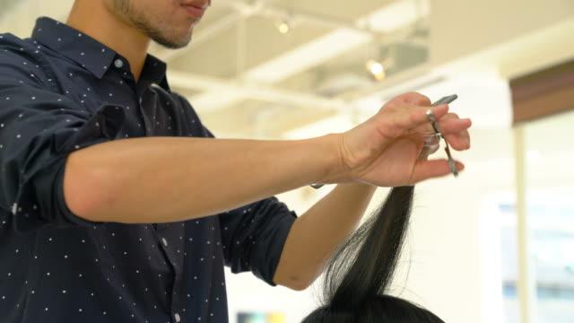 彼女の髪を得る若い成人女性カットし、スタイルのサロンで - 髪型点の映像素材/bロール