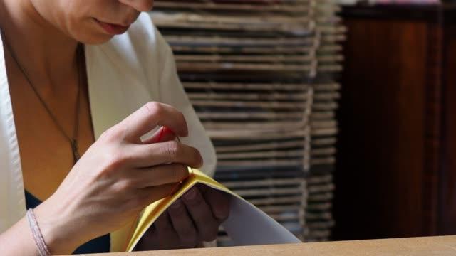 vídeos de stock e filmes b-roll de young adult woman making a notebook - japanese font