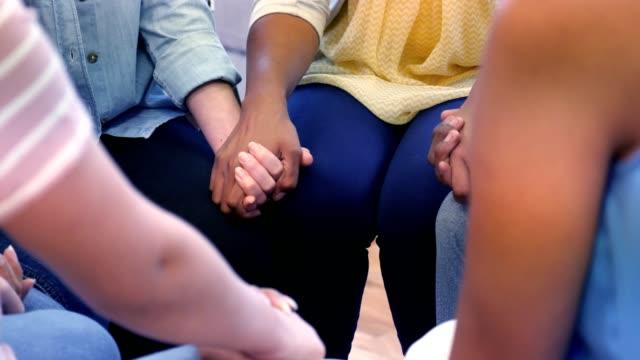 stockvideo's en b-roll-footage met jong volwassenen en volwassenen zijn bidden in een kleine groep - kerk