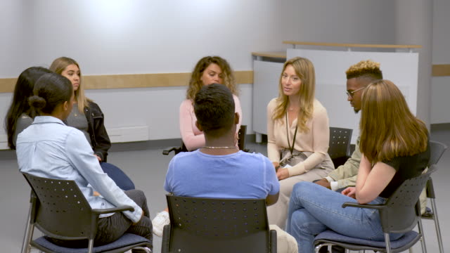Video Young adults at group therapy