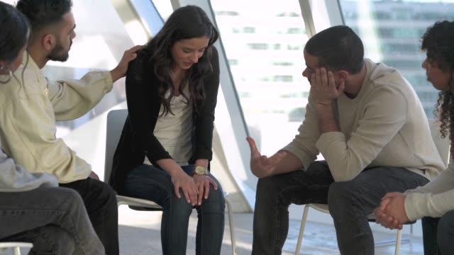 unga vuxna i grupp rådgivning - missbruk koncept bildbanksvideor och videomaterial från bakom kulisserna