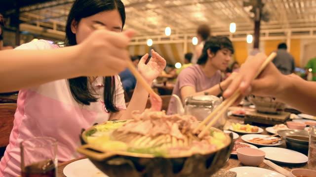 un giovane adulti è di per mangiare a buffet con i suoi amici. - cultura coreana video stock e b–roll