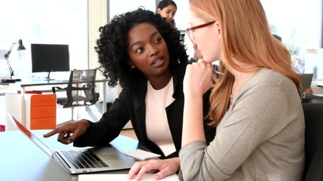 ung afroamerikansk affärskvinna i möte med kvinnliga business kollega - fritidskläder bildbanksvideor och videomaterial från bakom kulisserna