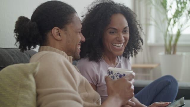 young african american paar zu hause - in den vierzigern stock-videos und b-roll-filmmaterial