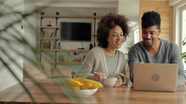 Young African American Paare, die Spaß beim Surfen im Netz auf Laptop. – Video
