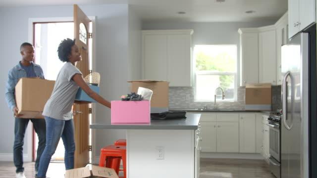 若いアフリカ系アメリカ人カップルでの移動には、新しい家 - 荷物をとく点の映像素材/bロール