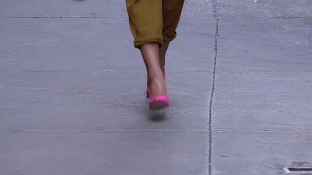 非常にファッショナブルな見る忙しいニューヨーク市の通りを歩いて若いアフリカ系アメリカ人女性 - 春のファッション点の映像素材/bロール