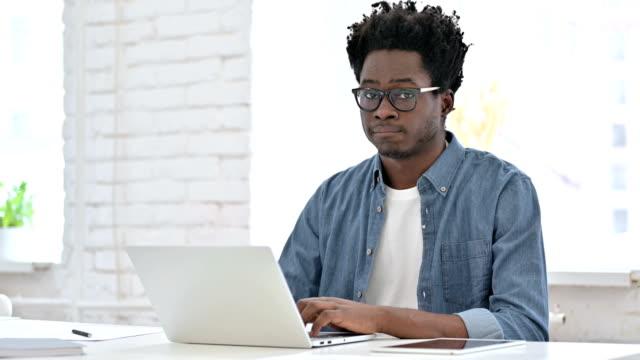 ung afrikansk man säger nej med huvudtecken - huvud bildbanksvideor och videomaterial från bakom kulisserna