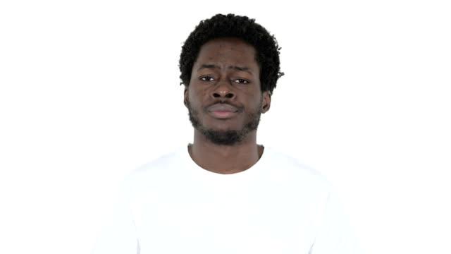 junger afrikanischer mann schüttelt kopf, um isoliert auf weißem hintergrund zu verweigern - ekel stock-videos und b-roll-filmmaterial