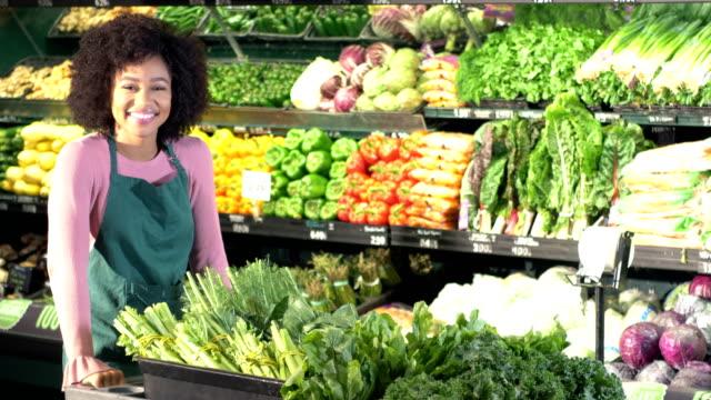 vídeos de stock, filmes e b-roll de mulher nova do african-american que trabalha no supermercado - afro americano