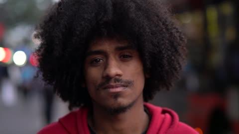 junge afro mann portrait - junge männer stock-videos und b-roll-filmmaterial