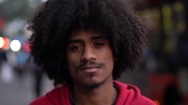 junge afro mann portrait - ernst stock-videos und b-roll-filmmaterial