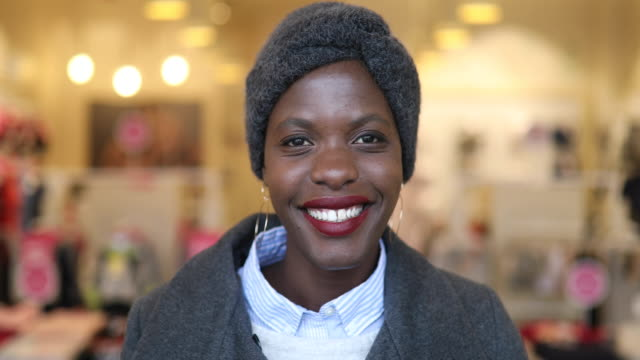 Young afro woman portrait at retail store - vídeo