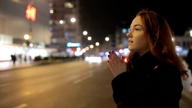 ung och vacker kvinna med rött hår stående på gatan - cold street bildbanksvideor och videomaterial från bakom kulisserna