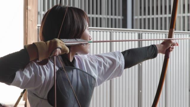 弓道の日本美術を練習する若い射手 - 武道点の映像素材/bロール