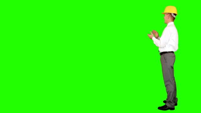 giovane architetto applaudire, cabina, verde schermo - comparsa video stock e b–roll