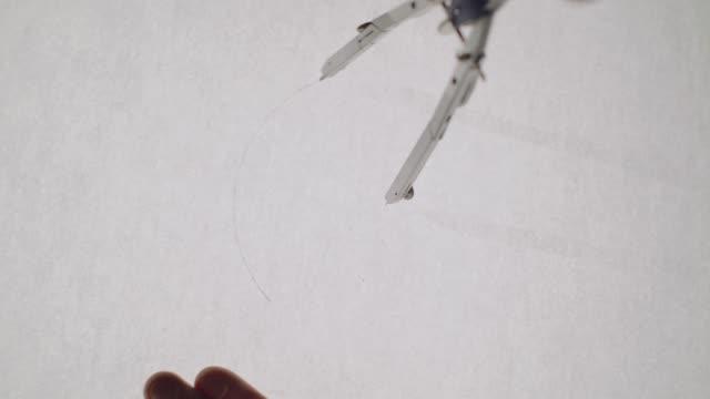 молодой архитектор рисует рисунок на бумаге. крупным планом. - compass стоковые видео и кадры b-roll
