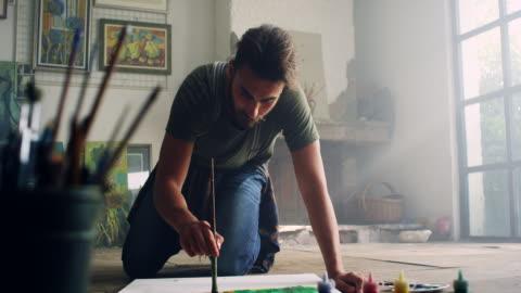 vídeos de stock e filmes b-roll de jovem artista - arte