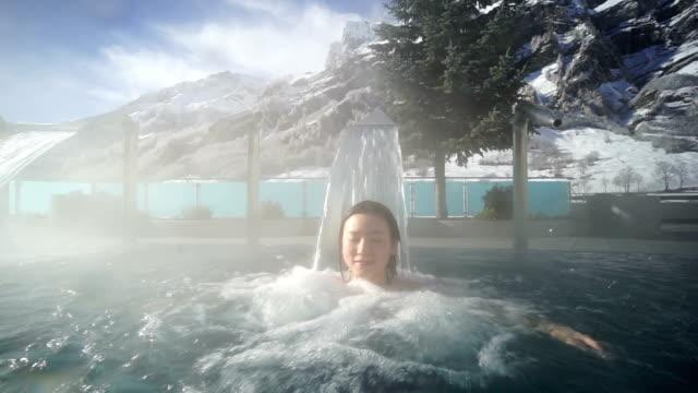 젊은 아시아 여자 노퍽의 온천 스위스 - 스파 온천 스톡 비디오 및 b-롤 화면