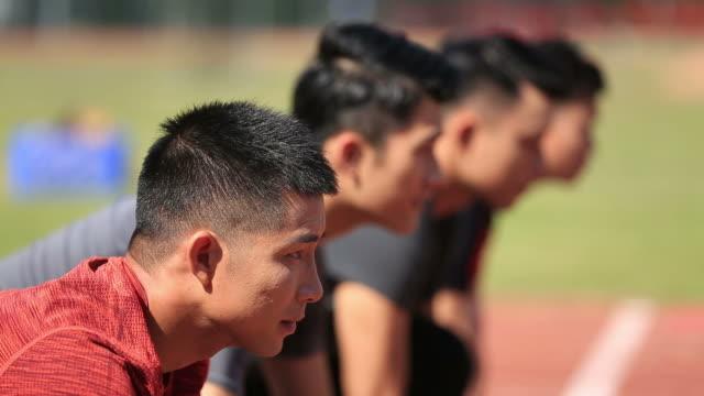 スタート ラインで若いアジア アダルト スプリンター - 陸上競技点の映像素材/bロール