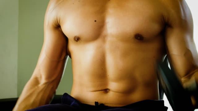 若いアジアのボディービルダー男ジム、健康、ライフ スタイル コンセプトでダンベルの重みでワークアウト - ボディビル点の映像素材/bロール
