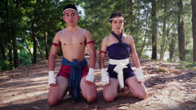 若いアジア ボクサー カップルまたはトレーニング タイでムエタイ選手やアウトドア、ボクシングと総合格闘技の概念での戦い - 武道点の映像素材/bロール