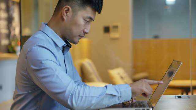 ラップトップで働く若いアジアのビジネスマン - サラリーマン点の映像素材/bロール