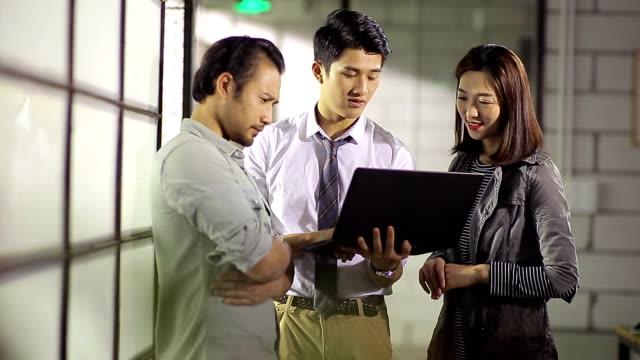 若いアジアのビジネスマンのオフィスでビジネスを議論します。 - ミーティング点の映像素材/bロール