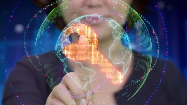 アジア系の若い女性の未来的なホログラムのインターフェイスに触れるし、主要アプリのアイコンがアクティブになります ビデオ