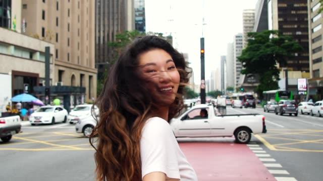 young asian girl lead by the hand of her boyfriend - follow me concept - podążać za czynność ruchowa filmów i materiałów b-roll
