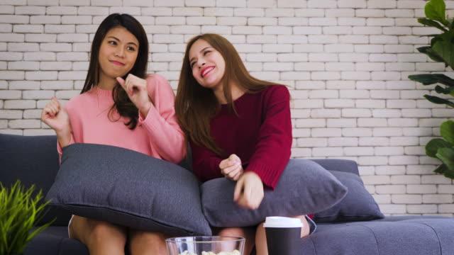 젊은 아시아 행복 한 여자 친구 또는 레즈비언 커플 춤을 좋아하는 노래와 함께 집에서 거실에서 lgbt와 동성애 라이프 스타일 개념 - 이성 커플 스톡 비디오 및 b-롤 화면
