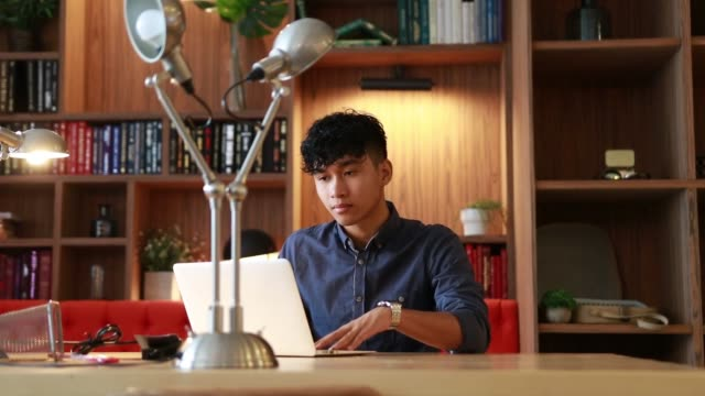 vídeos de stock, filmes e b-roll de o asian novo está trabalhando no portátil na biblioteca - college people laptop