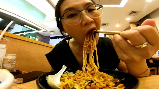 ung asiatisk man äta thai street noodle. - misosås bildbanksvideor och videomaterial från bakom kulisserna