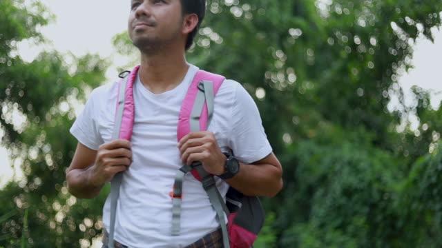 vídeos y material grabado en eventos de stock de joven asiático hombre viaje mochila ver paisaje natural - espalda humana