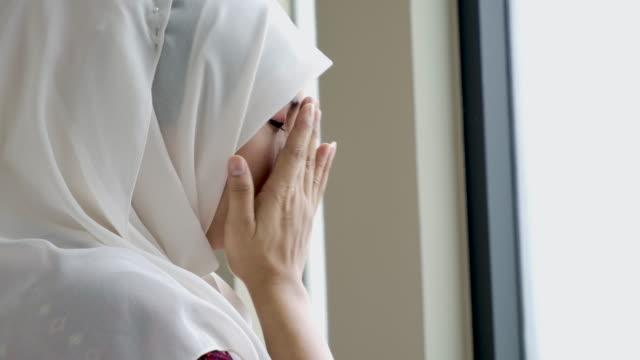 ung asiatisk muslimsk kvinna ber till gud - eid al fitr bildbanksvideor och videomaterial från bakom kulisserna