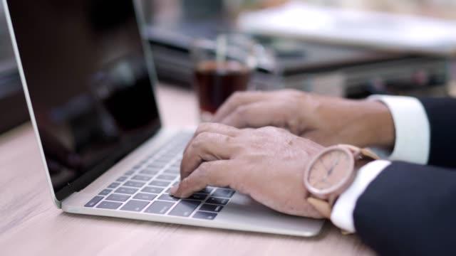 ung asiatisk muslimsk kvinna som arbetar med laptop i café. - anständig klädsel bildbanksvideor och videomaterial från bakom kulisserna