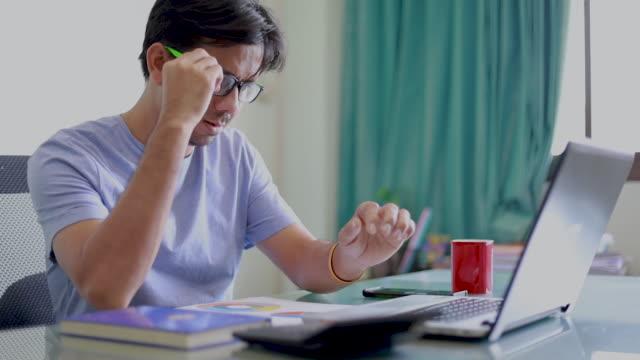 ung asiatisk kontorsarbetare röra på ögonen på grund av trötthet från att arbeta dator under en lång tid, kontorssyndrom - male eyes bildbanksvideor och videomaterial från bakom kulisserna