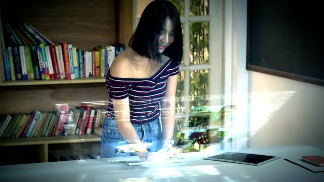 ホログラフィック コンピュータ ・ ターミナルで使用して若いアジアの十代の少女 - ホログラム点の映像素材/bロール