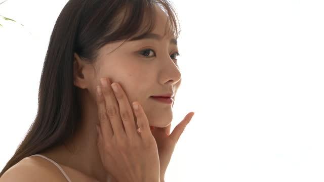 若いアジアの女性はスキンケアをしています - スキンケア点の映像素材/bロール