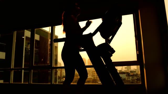 vídeos de stock e filmes b-roll de young asian woman exercising on a treadmill - aparelho de musculação