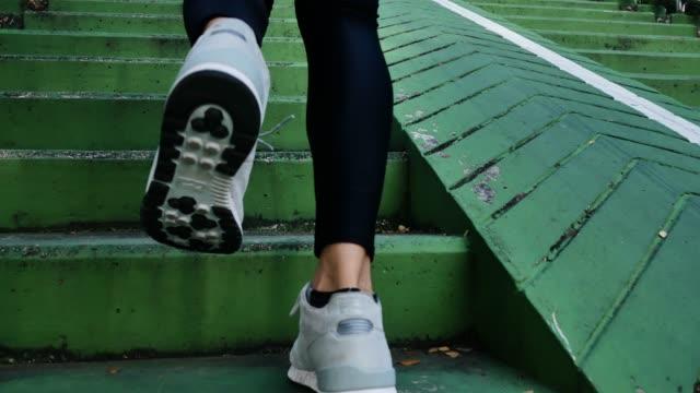 若いアジアの女性は、朝の歩道で実行されて。ヤング スポーツ市階段で二階実行されているアジアの女性です。フィットネス スポーツの人々 は、健康的なライフ スタイルのコンセプト。 - ステップ点の映像素材/bロール