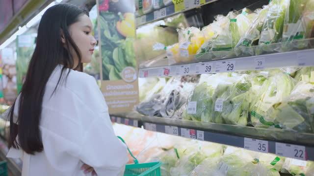 若いアジアの女性のショッピング - 小売り点の映像素材/bロール
