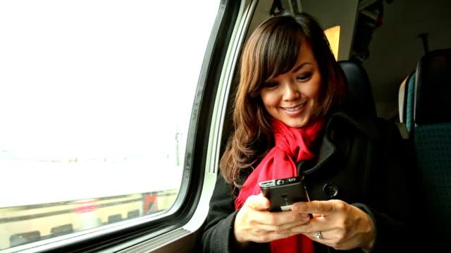 vídeos y material grabado en eventos de stock de hd: joven mujer asiática sms en tren de pasajeros - viaje en primera clase