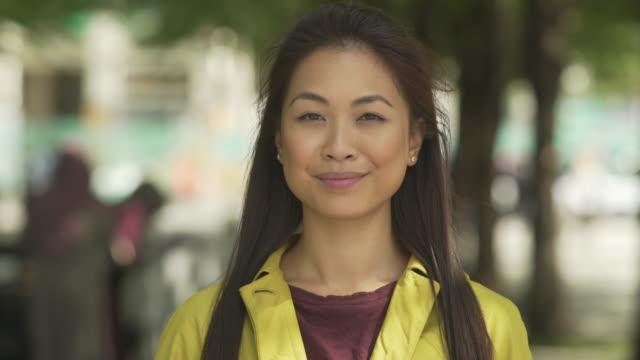 ung asiatisk kvinna till kamera - kinesiskt ursprung bildbanksvideor och videomaterial från bakom kulisserna