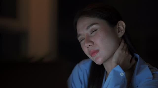 vídeos de stock, filmes e b-roll de jovem asiática usando laptop e tablet digital à noite. - característica arquitetônica