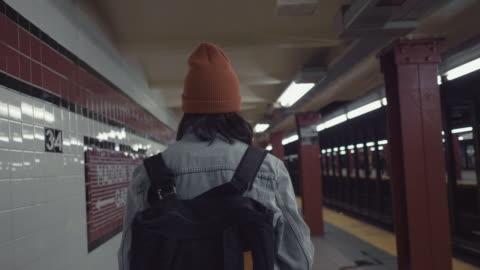 vídeos de stock e filmes b-roll de young asian woman walking on subway platform. - andar