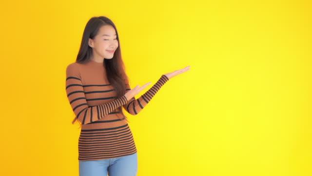 junge asiatische frau mit kopierraum - weibliche führungskraft stock-videos und b-roll-filmmaterial